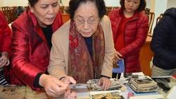 Nguyên phó Chủ tịch nước Nguyễn Thị Bình trao tặng hiện vật cho Bảo tàng phụ nữ VN