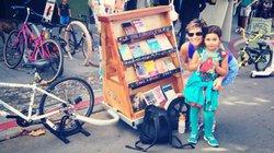 Cô gái lái xe đạp chở sách đi khắp nơi truyền cảm hứng đọc