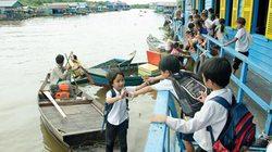 Nhói lòng cảnh trẻ em vượt sông tới trường