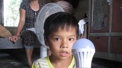 Dụ dân mua bóng đèn năng lượng mặt trời giá cắt cổ