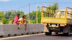 Quốc lộ 1: Liều mạng qua dải phân cách
