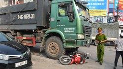 Lái xe ôm chết thảm dưới gầm xe tải giữa ngã tư đèn đỏ