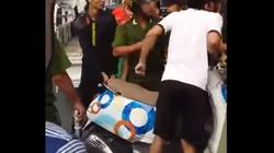 Clip: Nhóm thanh niên giằng co xe với cảnh sát