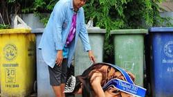 Dân mạng xúc động vì hoa hậu quỳ gối cảm ơn mẹ nhặt rác