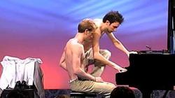 Clip: Bật cười với 2 hotboy vừa thay quần áo vừa chơi Piano