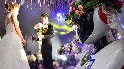 Phù dâu rô bốt gây xôn xao đám cưới xứ Trung