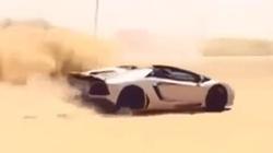 """""""Dân chơi"""" Trung Đông cho Lamborghini Aventador """"bơi"""" trên cát"""