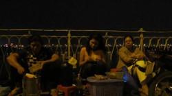 Hàng quán lấn chiếm lòng cầu Long Biên