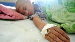 """Ảnh: Cuộc chiến chống ung thư của những em bé """"đầu trọc"""""""