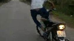Truy tìm thanh niên liều mạng bỏ tay lái để xe máy tự chạy
