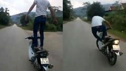 Triệu tập thanh niên đứng trên yên xe máy đang chạy
