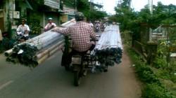 Xe ba gác đi lấn hơn nửa làn đường