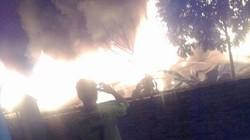 Cháy chợ trong đêm, ít nhất 50 gian hàng bị thiêu rụi