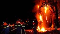 Clip: Cột điện cháy dữ dội kèm tiếng nổ trong đêm