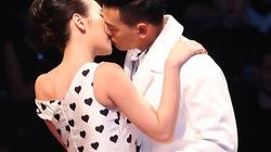 Angela Phương Trinh hôn mẫu nam trên sân khấu
