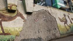 """Tận thấy vẻ rệu rã của """"bức tranh gốm lớn nhất thế giới"""" ở HN"""