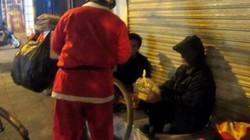Cảm động hình ảnh những ông già Noel đi phát quà muộn