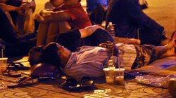 Ảnh: Ngủ vỉa hè chờ tiêm vắc xin cho con ở Sài Gòn