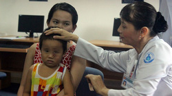 Bé 4 tuổi phải mổ mắt 3 lần vì dị vật di chuyển