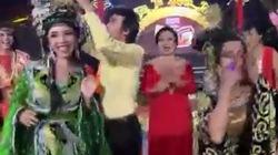 Hoài Linh tái hiện màn trao nhầm vương miện Hoa hậu