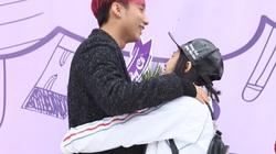 Sơn Tùng được fan nữ ôm chặt khi trở về trường cũ