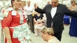 Đám cưới ngập tiền vàng của cô dâu béo khiến dân mạng phát sốt