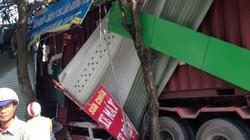 Xe container tông xuyên thủng 4 nhà dân trong đêm