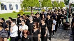 Ảnh: Dân Thái Lan xếp hàng dài đón linh cữu quốc vương