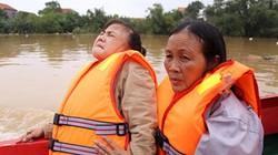 Clip: Sản phụ vượt cạn trong mưa lũ