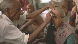 """Nơi phụ nữ cạo trọc để hiến tóc """"còn trinh"""" cho thần linh"""