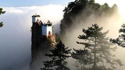 Kì lạ ngôi đền rộng 6m vuông chênh vênh trên đỉnh núi TQ