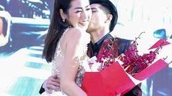 Noo Phước Thịnh ôm hôn người đẹp chốn đông người