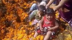 Ấn Độ: Mong điều tốt cho con, đem thả vào đống phân bò
