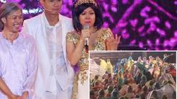 Việt Hương khóc nức nở vì hàng ngàn khán giả đội mưa 2 tiếng xem hát