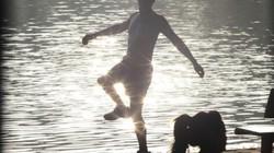 Cởi trần tập thể dục vì nắng gắt giữa mùa đông