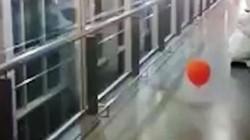 """Kì lạ quả bóng """"lang thang"""" trong hành lang bệnh viện Argentina"""