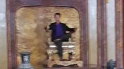 """Bóc mẽ ảnh """"kẻ lạ"""" ngồi lên ngai vàng ở Đại Nội Huế"""