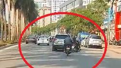Clip: Ô tô lạng lách, tông văng người đi xe máy rồi bỏ chạy