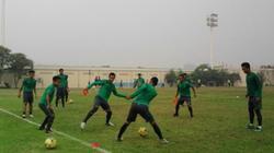 Vì sao tuyển thủ Indonesia đá… 3 trái bóng về phía NHM Việt Nam?