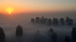 """Dubai bỗng hóa """"thành phố trên mây"""" vì sương mù"""
