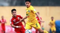 Tuyển thủ Việt Nam đi cấp cứu vì va chạm với thủ môn Hà Nội T&T