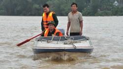 Quảng Ngãi: Lũ qua 1 ngày, chỉ ca nô đưa hàng cứu trợ được tới dân