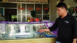 Clip: Hơn 30 giây đập tủ kính, gom vàng của nhóm cướp ở Tây Ninh