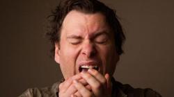 Tại sao chúng ta lại nhắm mắt khi hắt hơi?