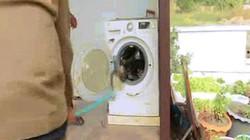 Thái Lan: Trăn dài gần 4m trong máy giặt há mồm dọa người