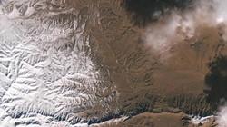 Choáng ngợp ảnh vệ tinh tuyết rơi phủ trắng sa mạc Sahara