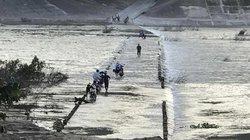 Quảng Ngãi: Bờ tràn nước chảy xiết, người dân vẫn bất chấp băng qua