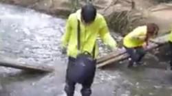 Clip: Mải selfile, nhóm bạn trẻ làm gẫy cầu ở suối Cá Thần