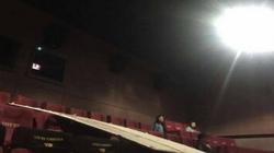 Xem phim trong rạp, cô gái bị mảng trần rơi trúng đầu