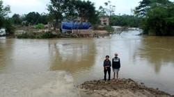 Nhà dân biến thành sông sâu sau trận lũ lịch sử